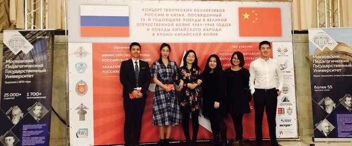 中国学生参加了在俄罗斯中央军事学院剧院举行的音乐会