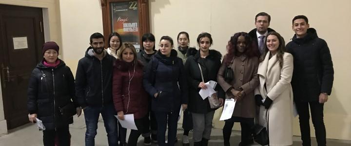 """外国留学生参加了在莫斯科国立柴可夫音乐学院以 """"春天的旋律"""" 为主题的音乐会。"""