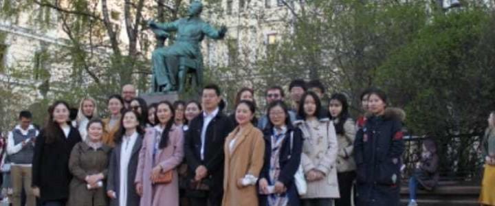 """5月1日,来自中国,越南和俄罗斯的150多名莫师大的学生参加了在莫斯科柴可夫斯基音乐学院拉赫玛尼诺夫音乐厅举办的 """"俄罗斯中国——音乐桥梁"""" 音乐会。该音乐会的举办是为了纪念俄中建交70周年。"""