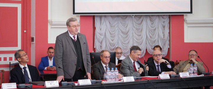 """2019年9月27日,""""中华人民共和国成立周年:历史,现状和发展前景""""的国际学术大会在莫斯科国立师范大学举行,来自俄罗斯和中国的100多名与会者参加了会议"""