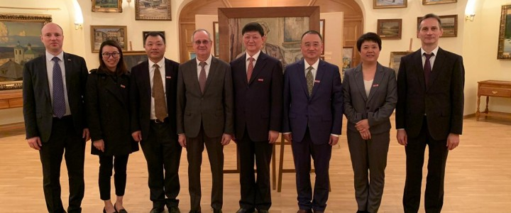 2019年10月23日,莫斯科国立师范大学接待了南京大学的代表团,南京大学是中华人民共和国的九所顶尖大学之一,南京大学最近几年在各方面都取得了蓬勃发展,尤其在师范教育领域。